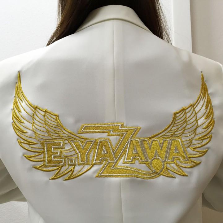 金色ロゴに金色羽根